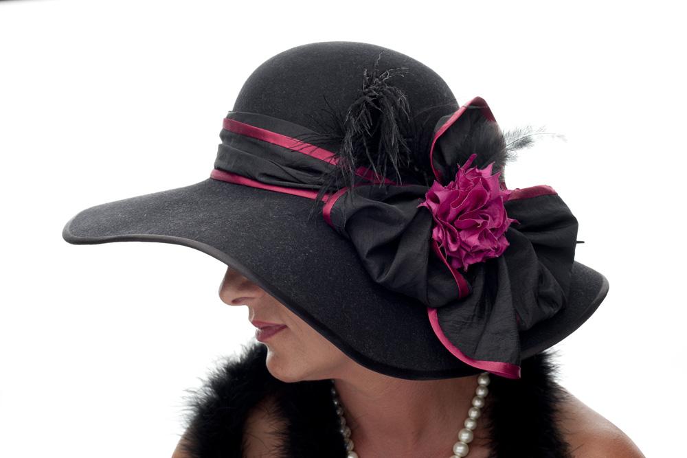 Černý klobouk s ozdobou