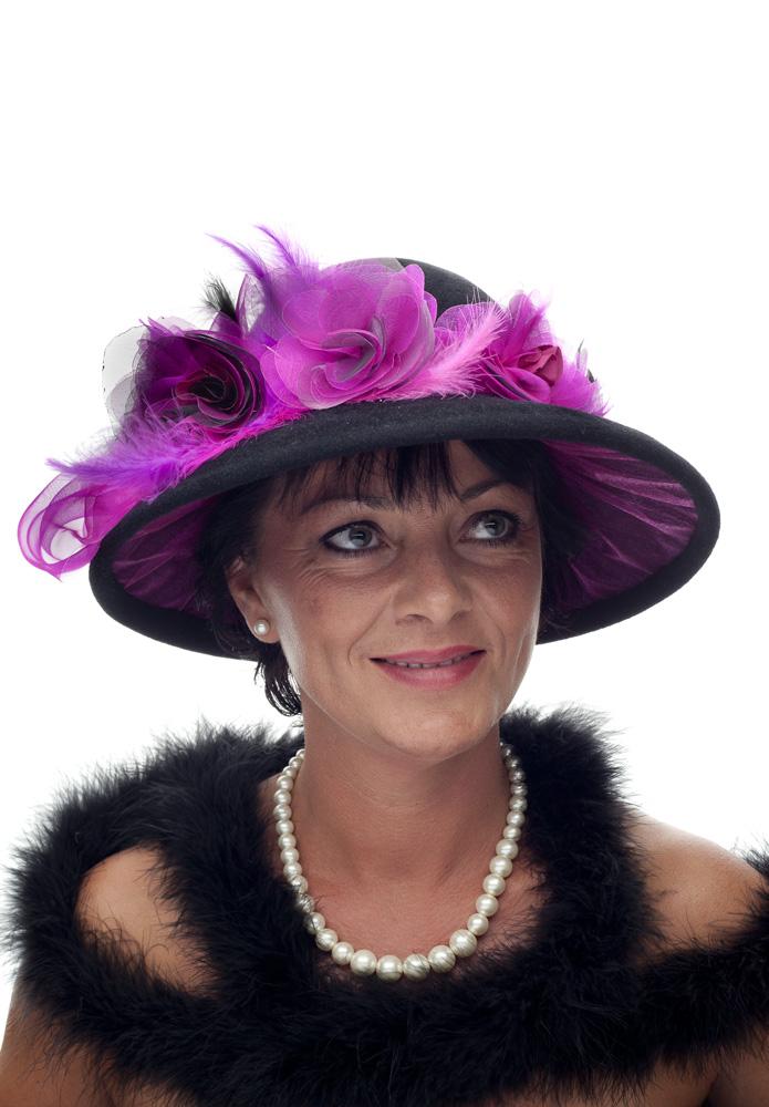 Podšitý klobouk s ozdobami