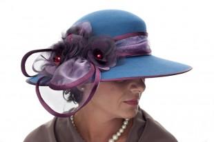 Tyrkysový klobouk se zdobením